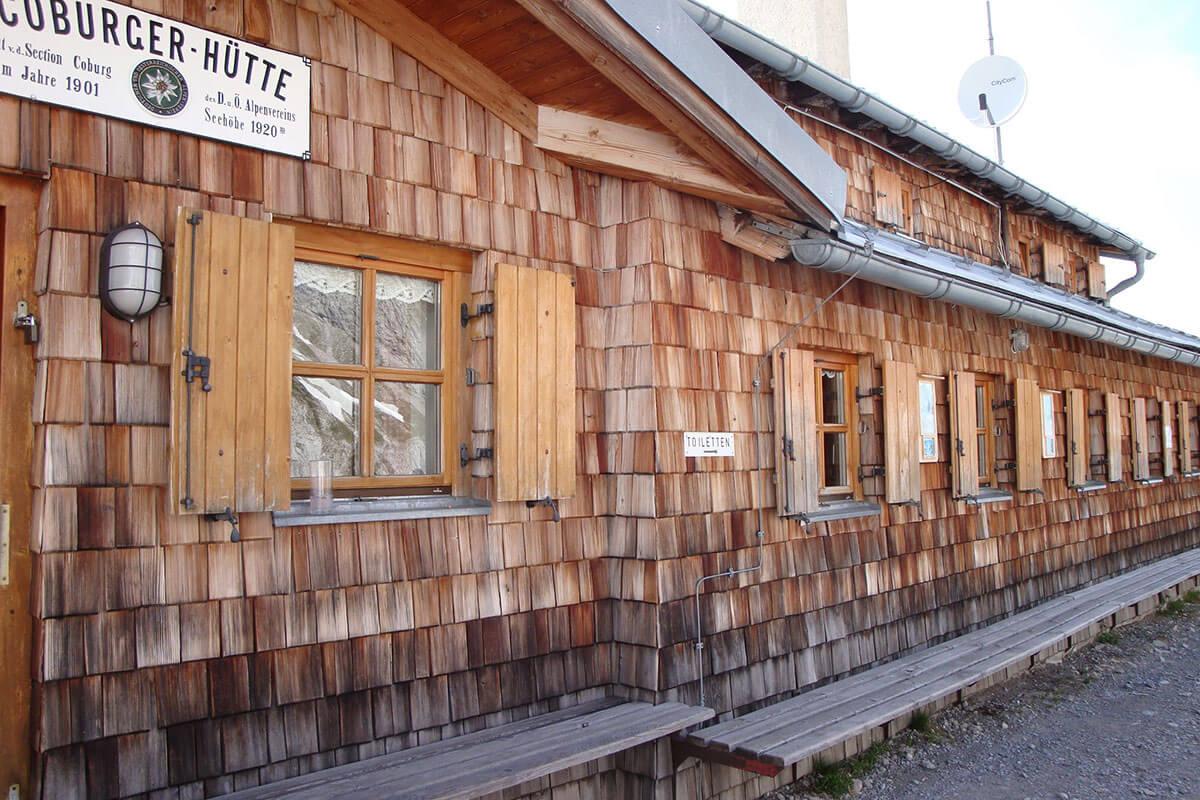 Die Coburger Hütte – mit Blick auf die Zugspitze. 2009 wurde die Hütte saniert und bekam einen neuen Anbau.