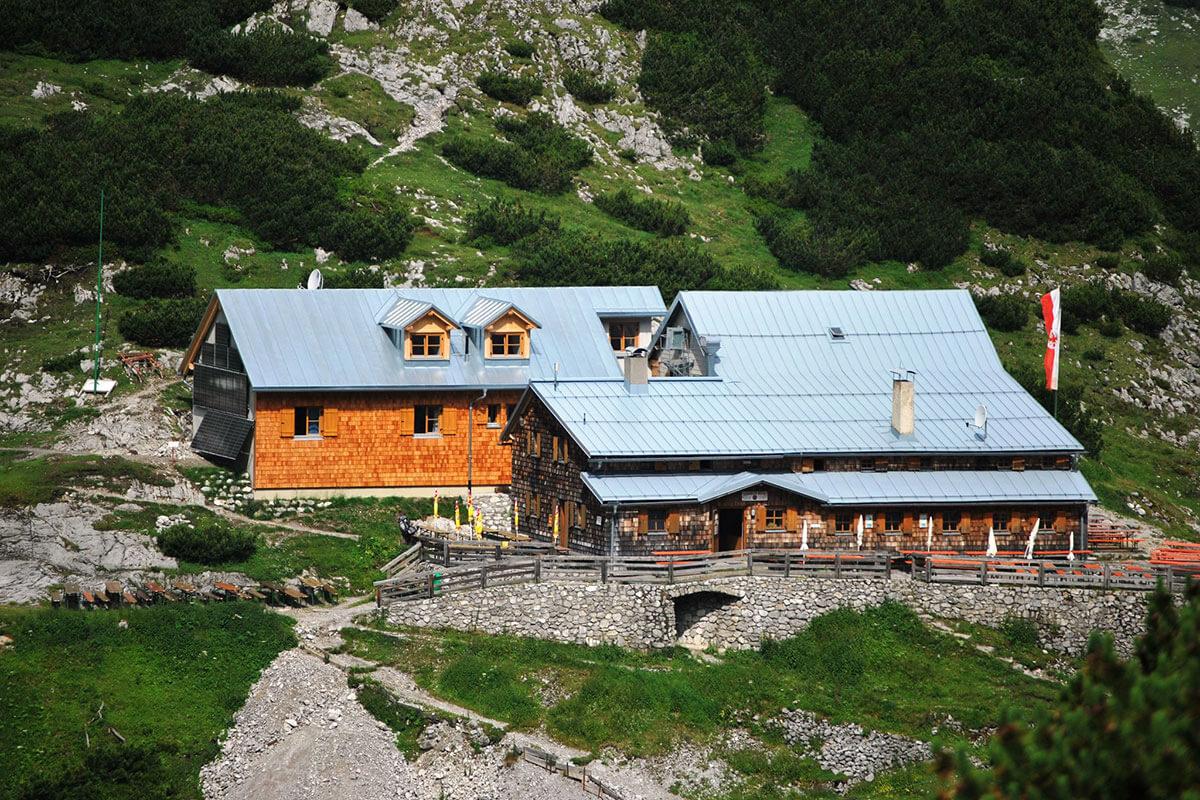 Die Coburger Hütte – mit Blick auf die Zugspitze. Die Coburger Hütte wurde 1901 erbaut.