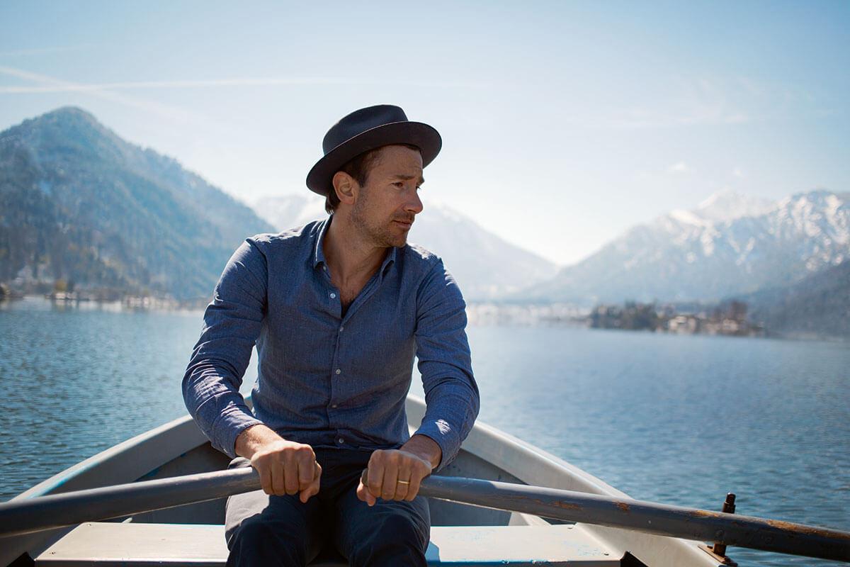 """Markus Stoll: """"Ich bin in echt noch viel grantiger als Harry G"""". Hat als Kind jedes Wochenende am Schliersee verbracht: Kabarettist und Komiker Markus Stoll alias Harry G"""