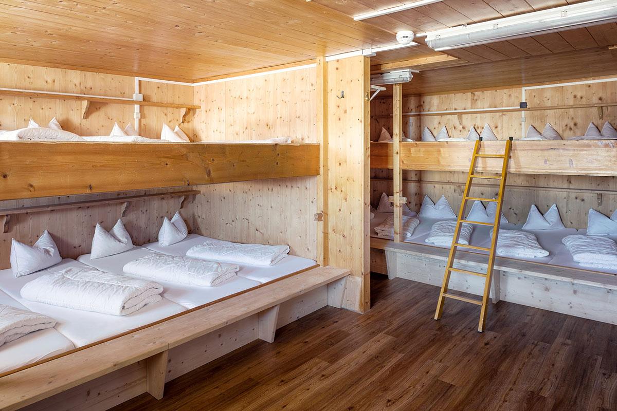 Das Kölner Haus – Halver Hahn und Rosenmontag oberhalb von Serfaus. Für Wanderer gibt es neben Einzel- und Doppelzimmern auch Mehrbettzimmer und ein Matratzenlager.
