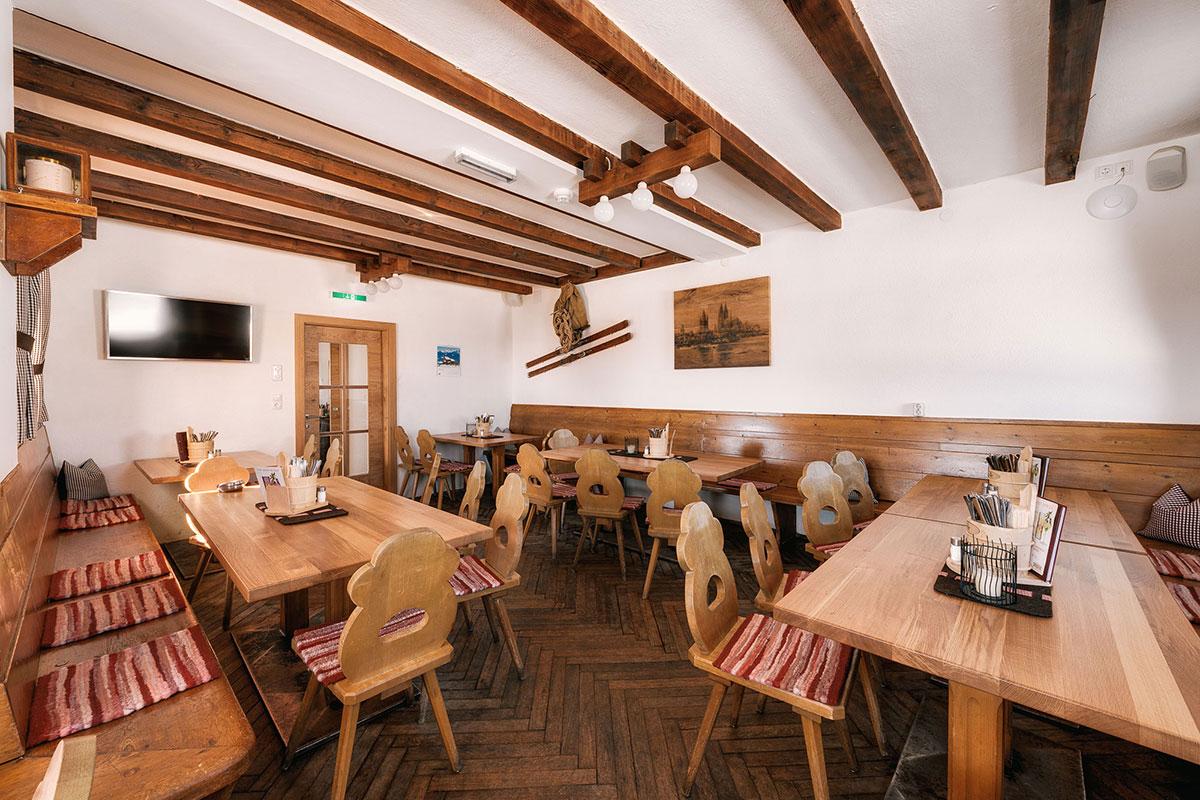 Das Kölner Haus – Halver Hahn und Rosenmontag oberhalb von Serfaus. In den Gaststuben werden echte Tiroler Küche aber auch original Kölsche Spezialitäten serviert.