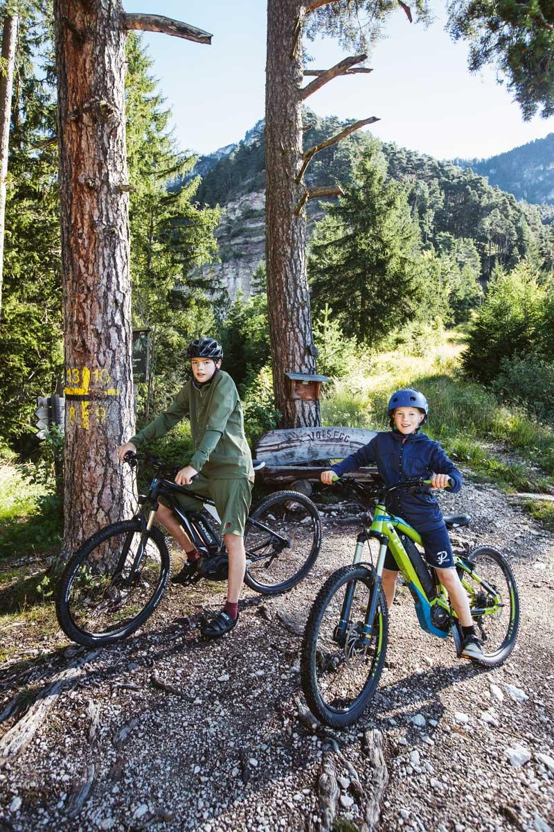 Alpensafari. Testosteron ist Pflicht! Also knallen die Jungs frühmorgens mit Mountainbikes familienfreundliche Trails in Südtirol