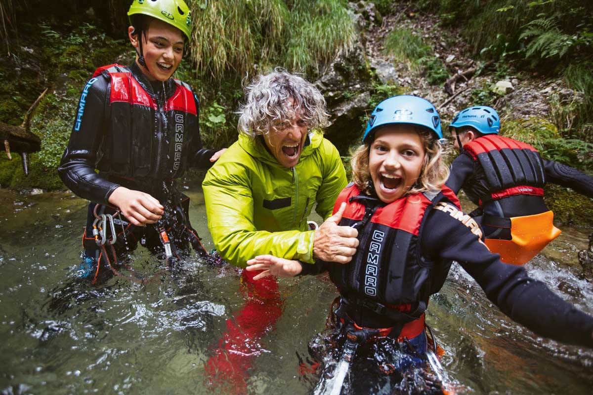 Alpensafari. Marco Girardi, Chef der Alpinschule Mmove, und Marie haben beim Canyoning am Lago di Ledre mächtig Spaß