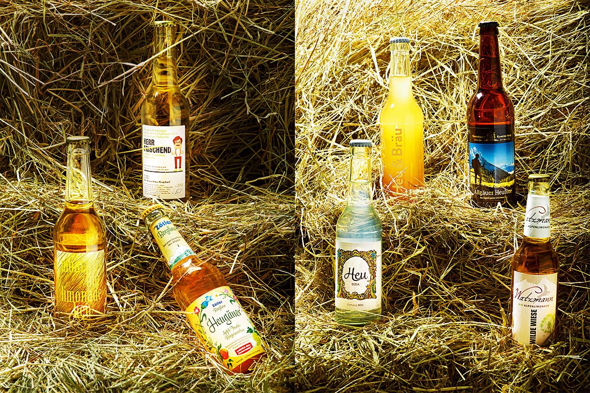 Heute ein Heu. Der Berliner Gourmetkritiker Thomas Platt lädt regelmäßig seine Freunde zu Verkostungen ein. Rund 20 Feinschmecker kamen in die Vinothek des Fernsehkochs Ralf Zacherl und probierten eine kuriose Produktgattung: Getränke, die nach Heu schmecken. 01 Moarwirt Bio Limo Heu // 02 Zötler Heugäuer // 03 Herr Frischend // 04 Heu Soda // 05 Heu & Bräu // 06 Allgäuer Heubier // 07 Watzmann Wilde Wiese (v. l. n. r.)