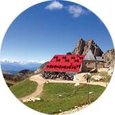 Alpensafari – Mit Kindern? Leicht! Tierser Alpl. Südtirol. Das Schutzhaus liegt auf dem Weg vom von der Seiser Alm zum Rosengarten. Sie verbindet stylische Alpin-Architektur mit herausragender Küche. Tipp: Gulasch vom Kastelruther Ochsen mit Speckknödel!