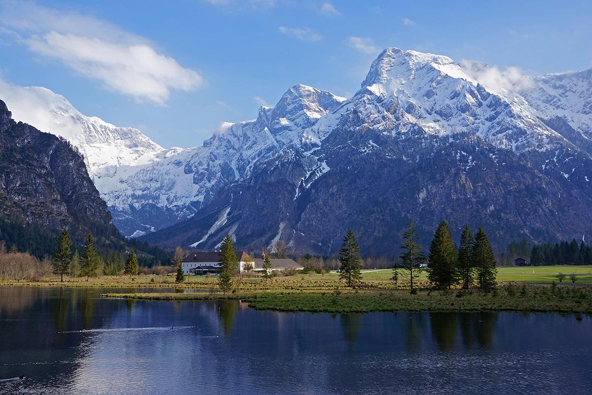 Bergsteigerdörfer ohne Grenzen. Panoramablick: Der Almsee beim Bergsteigerdorf Grünau im Almtal