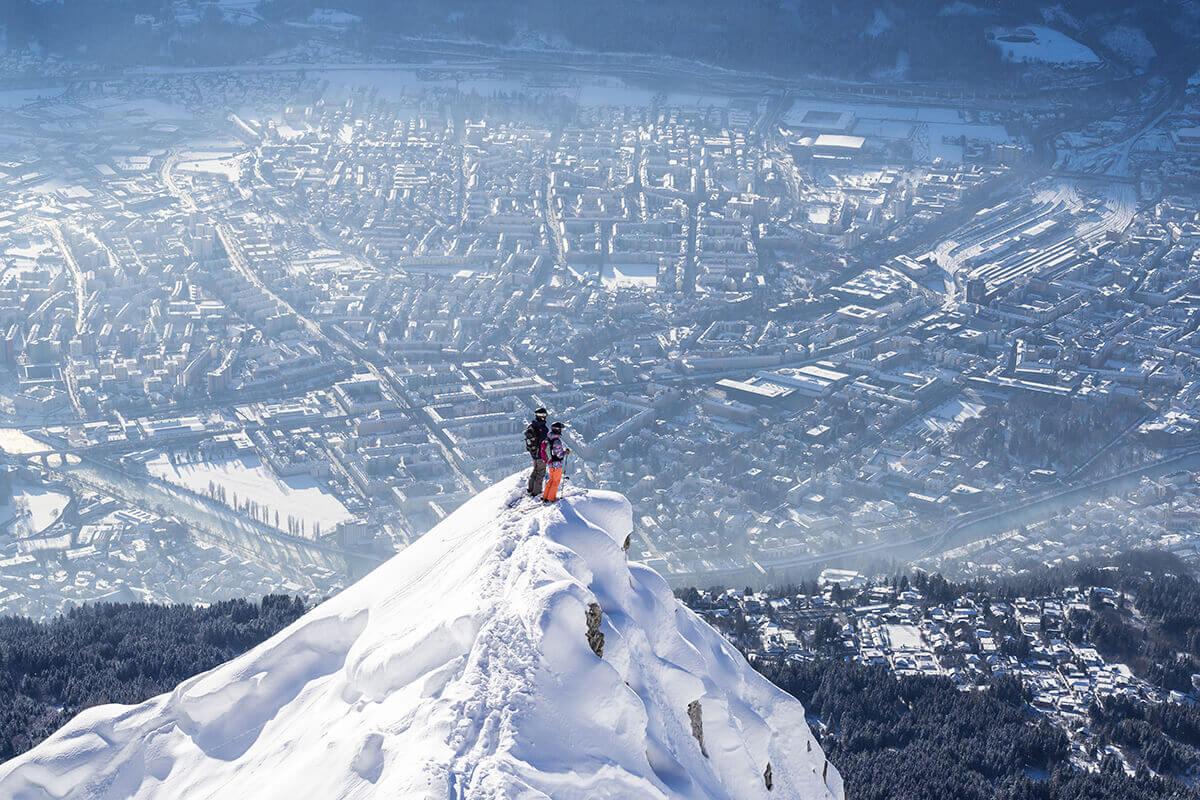 Die fünf außergewöhnlichsten Pisten in Tirol. Wer genau hinschaut, kann von der Nordkette überhalb von Innsbruck sogar das berühmte Goldene Dachl sehen.