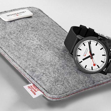 essence/Bahnhofsuhr SBB – ein natürlich schöner Design-Klassiker. Das Armband der Mondaine essence/Bahnhofsuhr SBB besteht zu 38% aus Naturkautschuk und ist langlebig. Die filzartige Verpackung besteht aus recycelten PET-Flaschen
