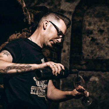 Rockabilly Weinkult – Rock & Reben. Tradition & Tattoos: Winzer René Pollak