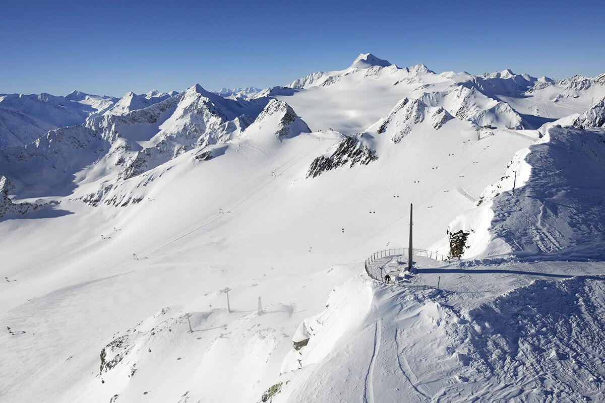 Die fünf außergewöhnlichsten Pisten in Tirol. Die längste Abfahrt Tirols befindet sich in Sölden: 15 Kilometer geht es von der Schwarzen Schneid bis hinunter ins Tal.