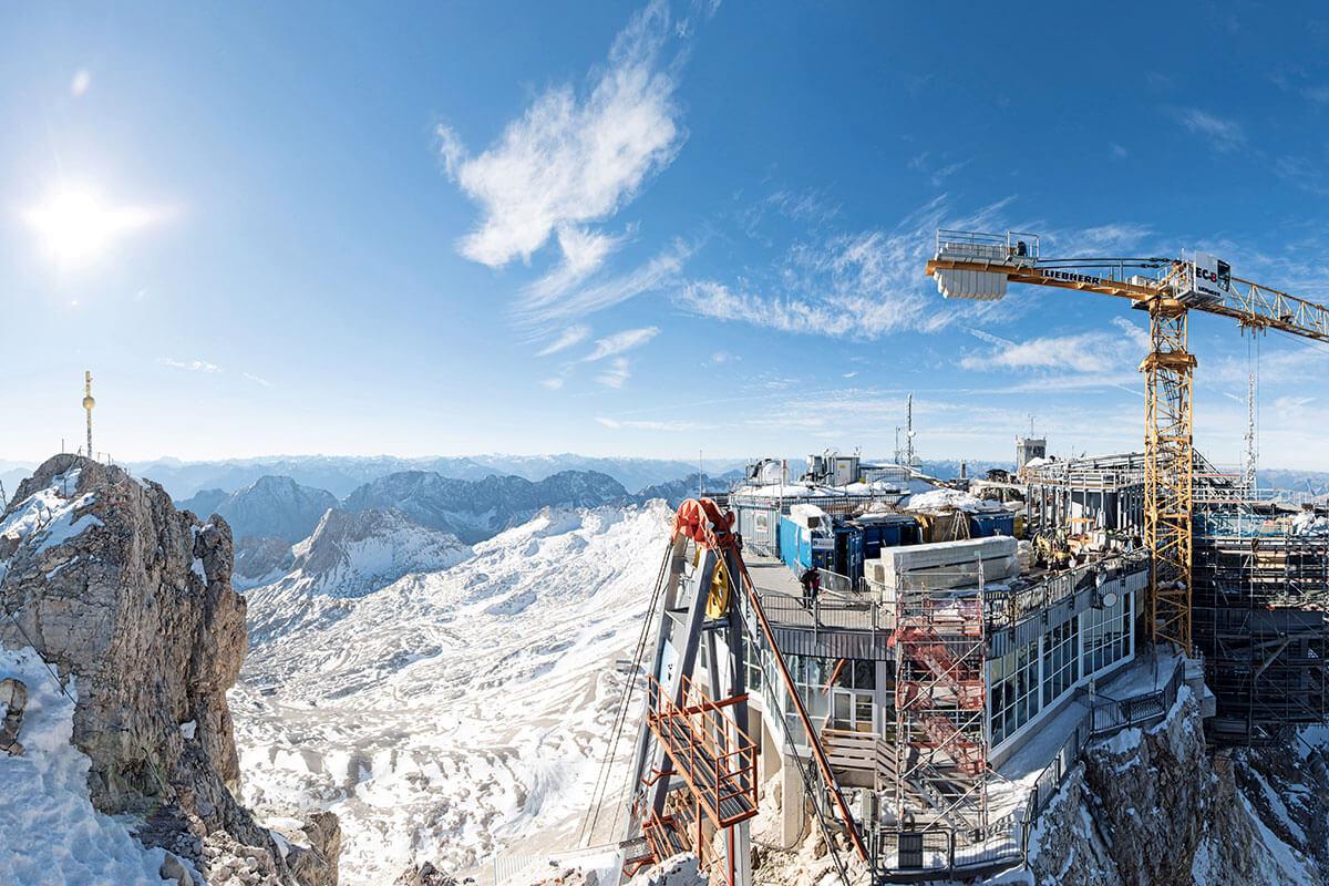 Seilbahn Zugspitze. Seilbahn Zugspitze. GANZ OBEN: Die Baustelle auf der Zugspitze im Überblick, von Gipfelkreuz (l.) über die Materialseilbahn bis hin zum Kran und der neuen Bergstation