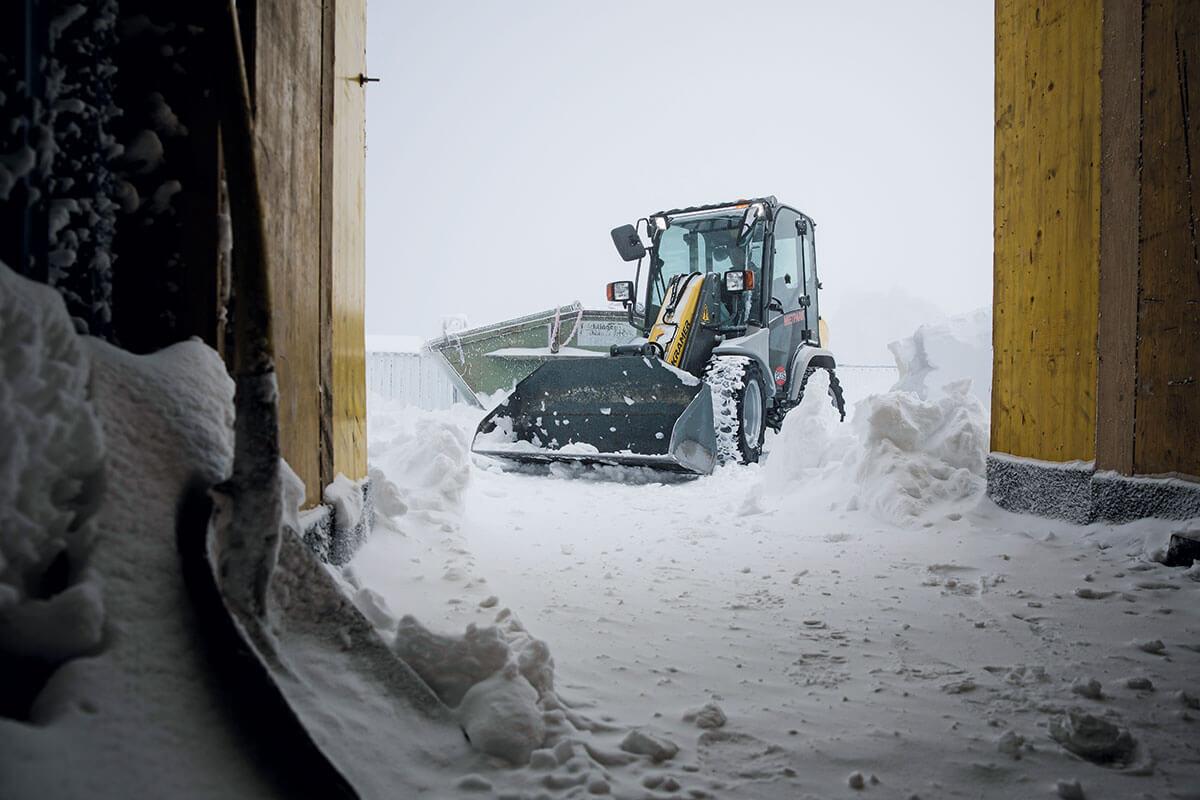 Seilbahn Zugspitze. RÄUMDIENST: Häufig muss erstmal der über nacht gefallene Schnee zur Seite geräumt werden, bis die Arbeiten beginnen können