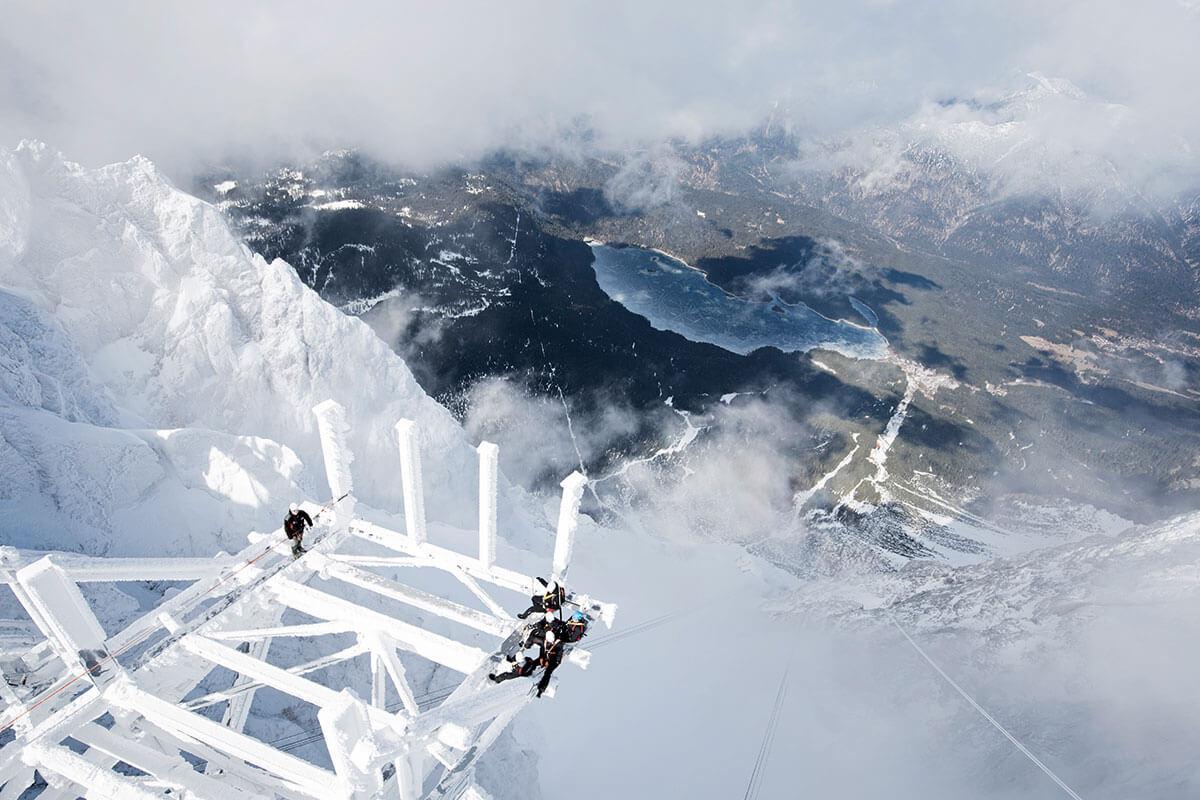 Seilbahn Zugspitze – Drahtseilakt. EXTREMARBEIT: Eisig, stürmisch, und das ganze in fast 3000 Metern Höhe – der Bahnbau ist für alle eine Herausforderung!
