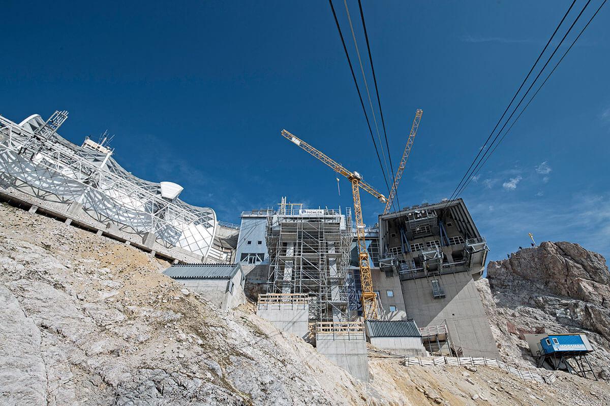 Seilbahn Zugspitze – Drahtseilakt. KUSCHELIG IST ANDERS: Die Baustelle ist die meiste Zeit in Schnee und Eis