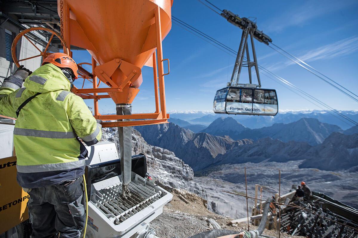 Seilbahn Zugspitze – Drahtseilakt. FUNDIERTE SACHE: Die Fundamente nach Süden werden betoniert, um die neue Seilbahn zur gegenüberliegenden Seite hin abzuspannen. Im Hintergrund die Gletscherbahn aufs Zugspitzplatt