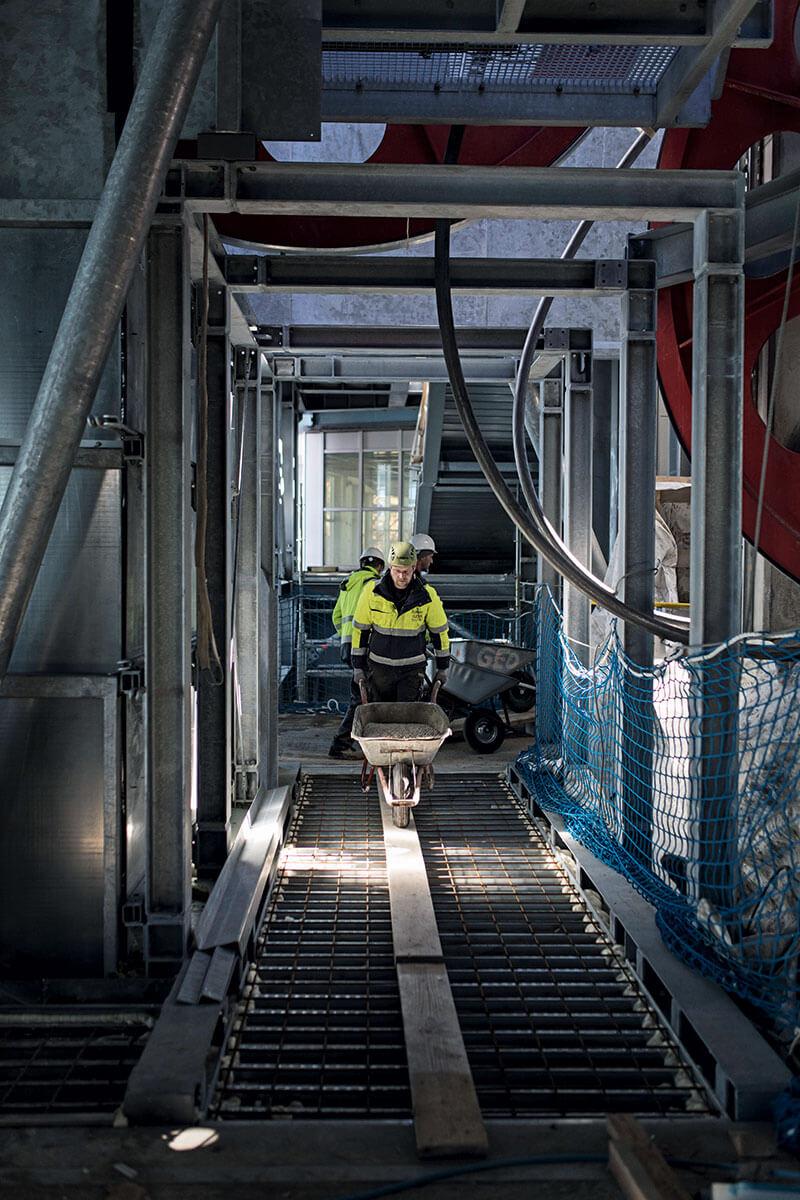 Seilbahn Zugspitze – Drahtseilakt. FRISCH GELIEFERT: Materialseilbahn, Kran, und dann per Schubkarre – die lange Reise des Baubetons