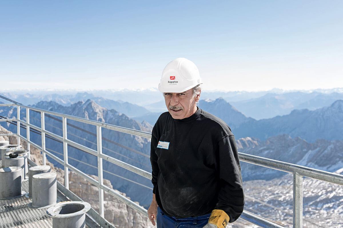 Seilbahn Zugspitze – Drahtseilakt. LUFTIGE SACHE: Für die Aussicht von Watzmann bis Bernina bleibt den Bauarbeitern auf der Zugspitze keine Zeit