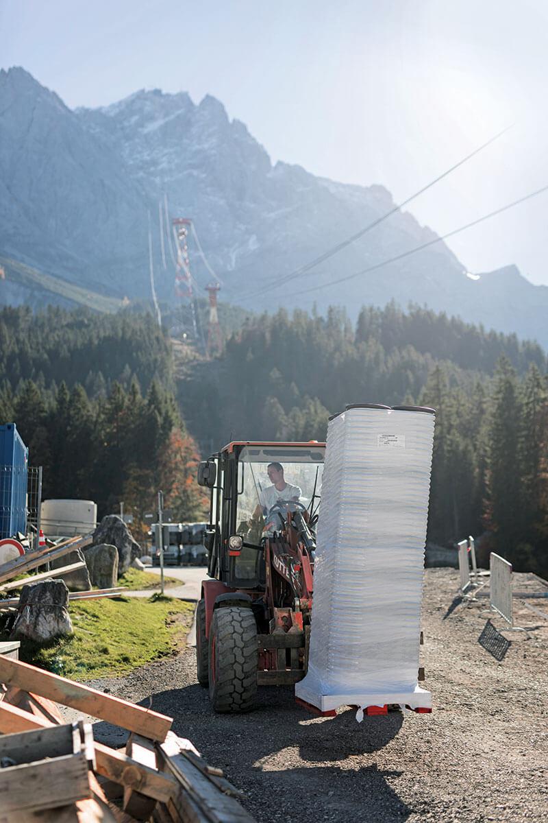 Seilbahn Zugspitze – Drahtseilakt. STAPELWEISE MATERIAL Das Lager an der Baustelle der neuen Talstation