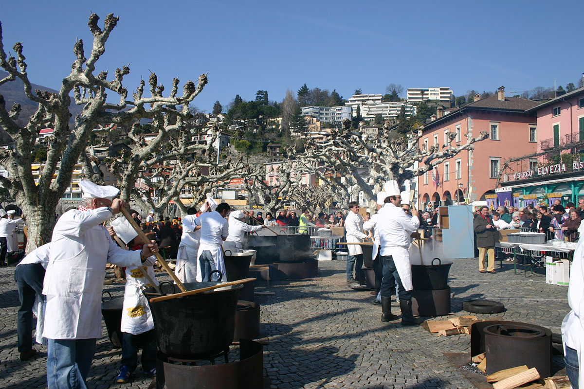 Narren im Doppelpack – der Lago Maggiore feiert den Karneval gleich zweimal. Das ganze – unterschiedliche Kirchenriten machen es möglich – zweifach, zwischen dem 8. Und 18. Februar