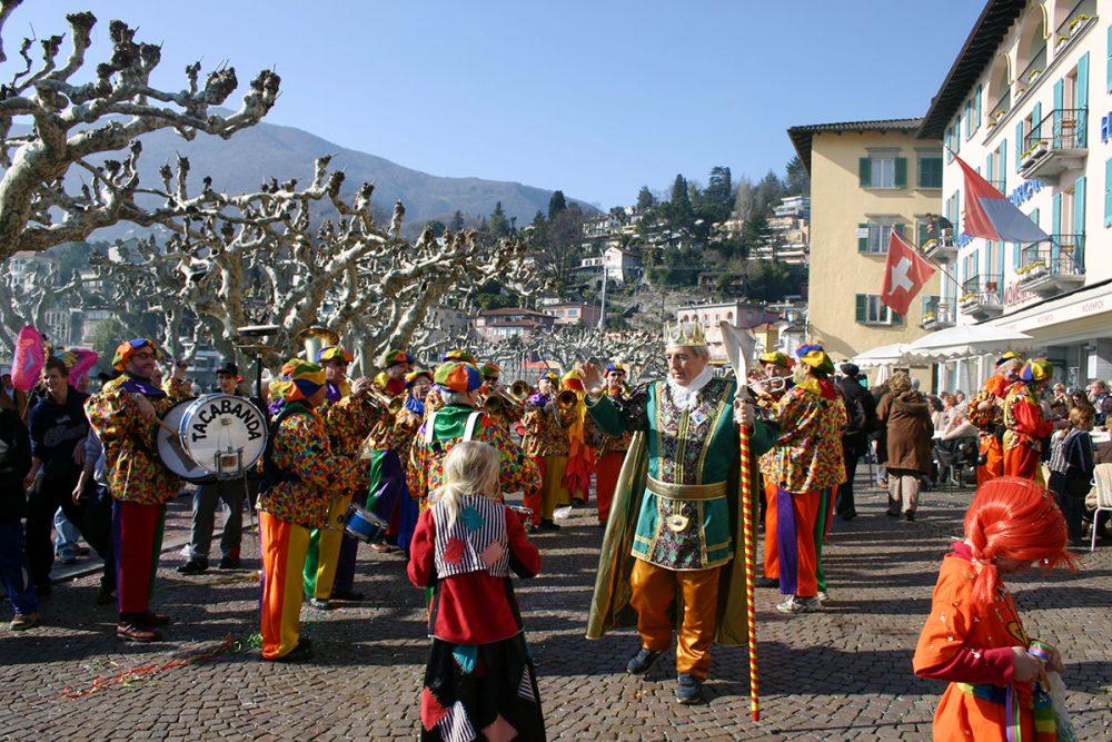 Narren im Doppelpack – der Lago Maggiore feiert den Karneval gleich zweimal. Am Lago Maggiore wird kräftig Karneval gefeiert, ebenso in den angrenzenden Ossola-Tälern und am Lago d'Orta