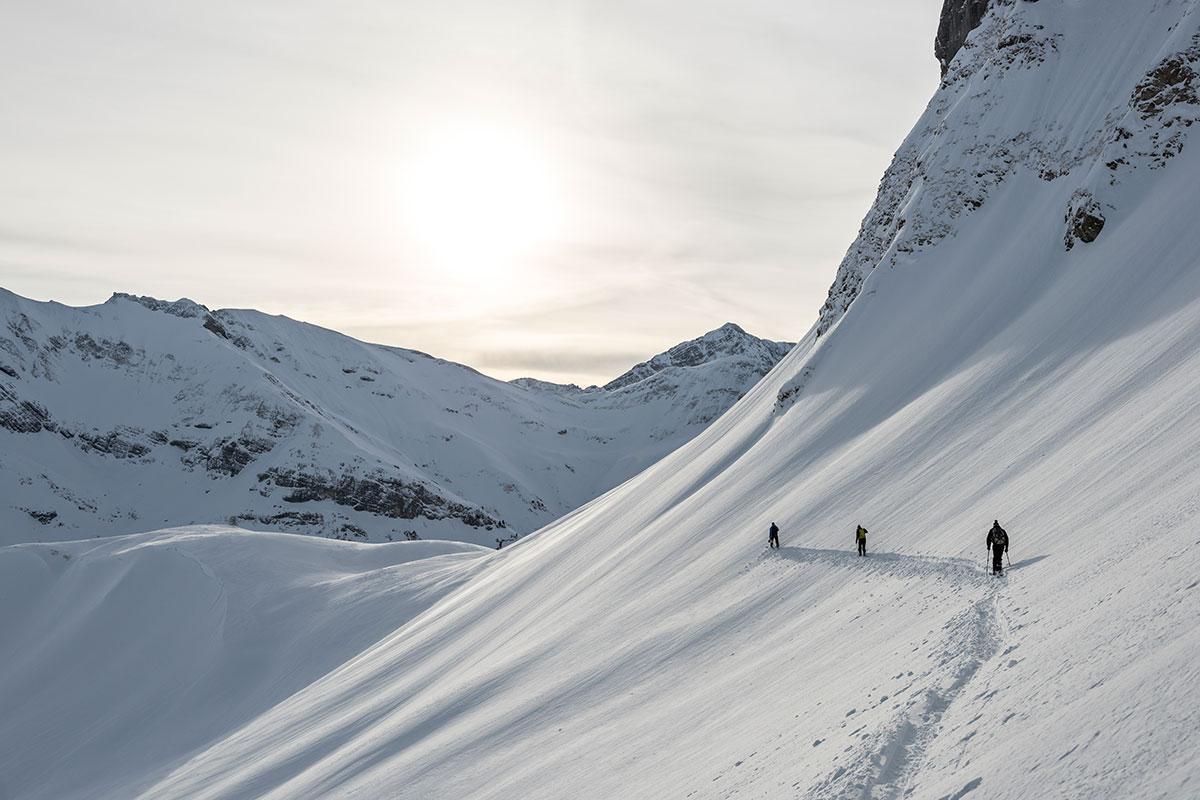 Pfarrer-Müller-Tour – Mit Schwung durch die Skigeschichte. Ein grandioses Skierlebnis, wie es Speicherteiche, Schneekanonen und Pistenwalzen niemals bieten können. So verlockend der Schnee und das Panorama auch sind, die Lawinengefahr jenseits der präparierten Pisten darf nicht unterschätzt werden. Die örtlichen Skiführer kennen die riskanten Stellen