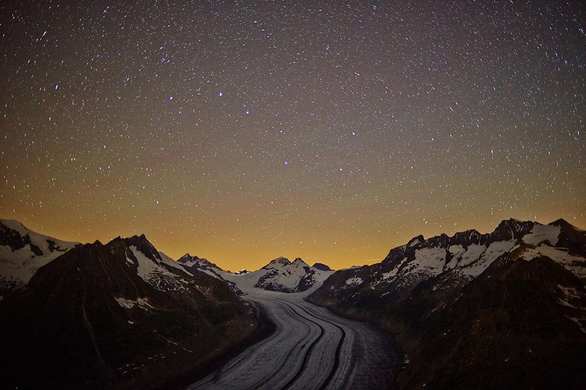 Schneeschuh-Sagenwanderung – Wer hat Angst vor den armen Seelen? Aletsch Arena. Aletschgletscher bei Nacht mit Sternenhimmel