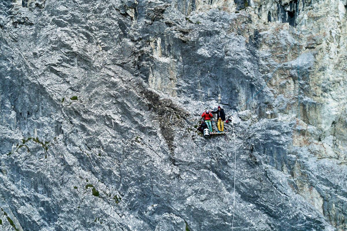 Extrem-Klettern – Stefan Glowacz und die Schwarze Wand. Hoch droben: Auf einer alten Glasertür machen es sich Glowi und Dorf so bequem wie möglich in der Wand