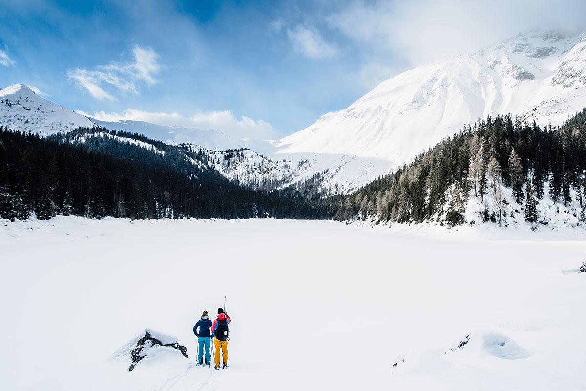 Winterwandern – Wo der Hüttenwirt wartet. Schneeschuhwanderer in der Pfundser Tschey ziehen ihre Spuren in idyllischer Einsamkeit