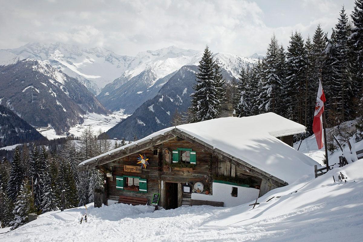 Winterwandern – Wo der Hüttenwirt wartet. Bergeralm im Wipptal. Winterurlaub in Tirol ist unmittelbar mit schönen Bergerlebnissen in der verschneiten Naturlandschaft verbunden. Ausgewählte Tiroler Regionen haben sich auf das sanfte Erlebnis in der idyllischen Winterlandschaft spezialisiert