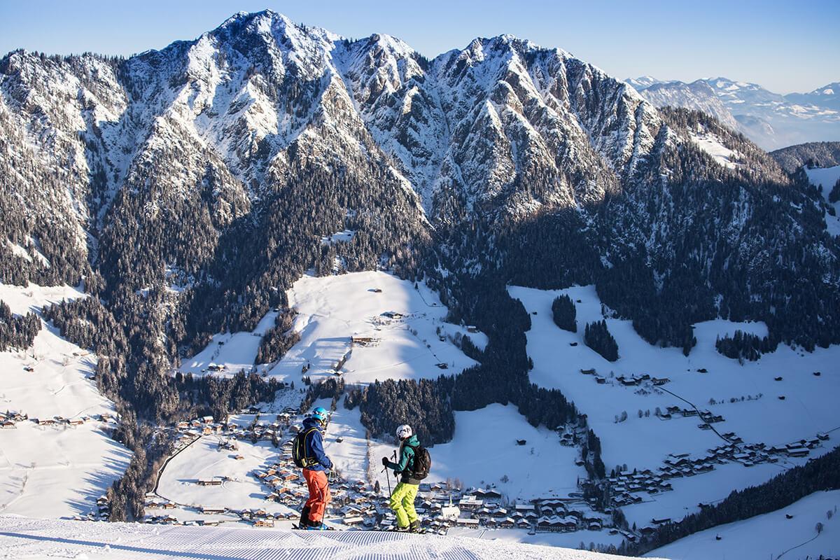 Skifahren für Wiedereinsteiger – Hauptsache, der Spass kehrt zurück. Blick auf das Dorf Alpbach vom Skigebiet aus.