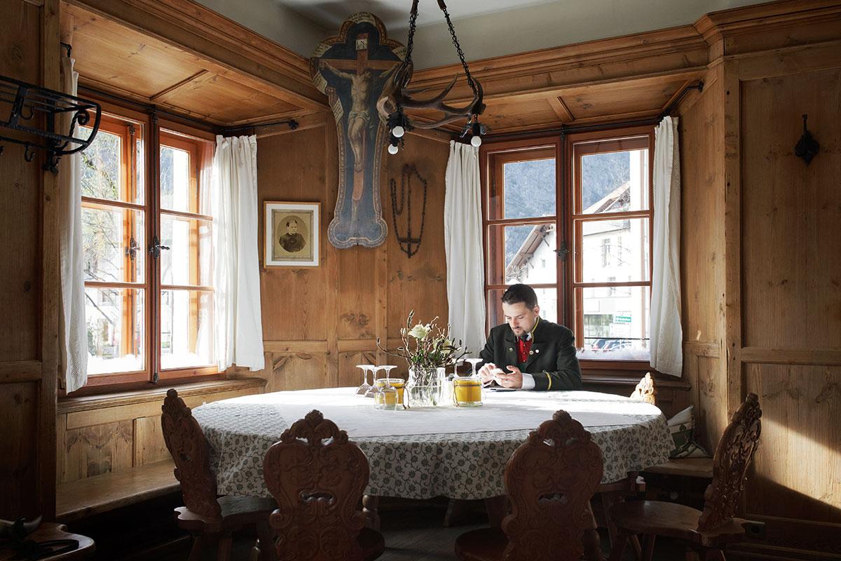 Tiroler Stube – Heimeliges unterm Hergottswinkel. Wirtshaus Gemse Zams