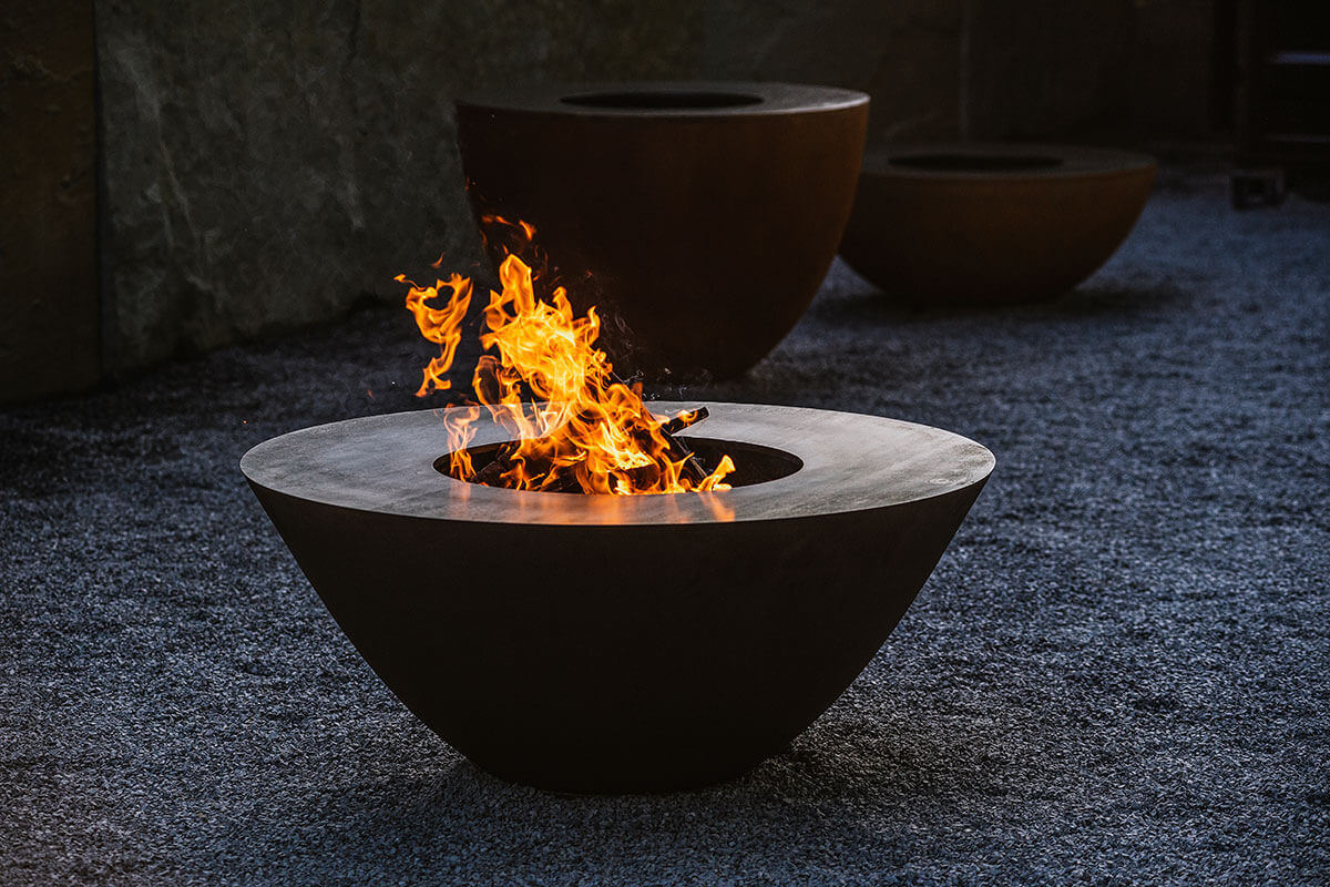 Feuerring – kunstvoll grillen. Atmosphäre und Wärme durch ein inspirierendes loderndes Feuer, das gemütliche Zusammensein mit Freunden und Gästen und vor allem der Blick auf das schonende und gesunde Grillen hochwertiger Lebensmittel bis hin zur Herstellung kulinarischer Menus sind das Besondere eines Feuerrings