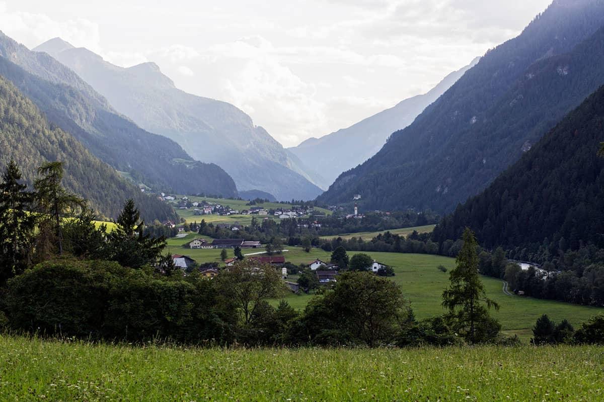 Vier Tirolerinnen und ihre Lieblingsplätze in der Heimat. Die Wurzeln und Kräuter sammelt Maaß einfach auf den Almwieder hinter ihrem Haus in Ried im Oberinntal