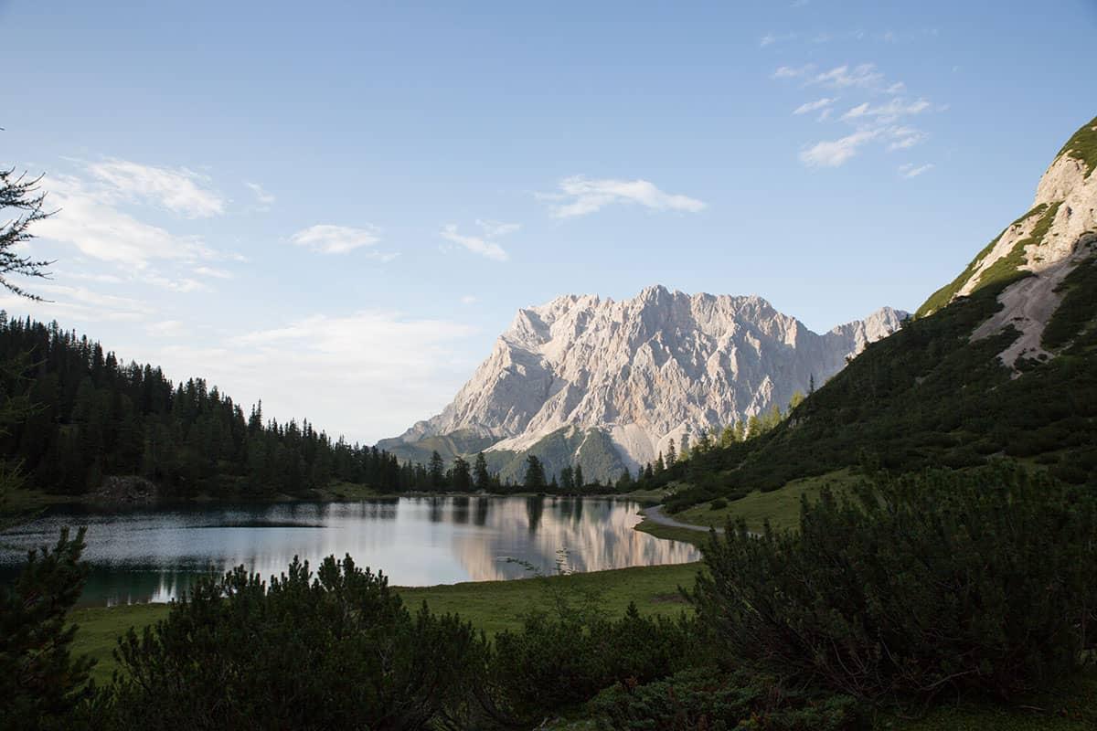 Vier Tirolerinnen und ihre Lieblingsplätze in der Heimat. Hier kann die Bergretterin gut entspannen: am Seebensee mit Blick auf den Wetterstein