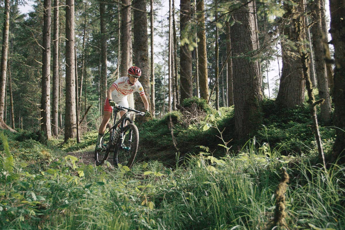 Fünf Tiroler Aktive, die ohne Bewegung in der Natur nicht leben können. Lisi Osl ist am liebsten auf ihrem Bike unterwegs - in den Bergen. Die Profi-Mountainbikerin kommt aus Kirchberg in der Nähe von Kitzbühel.
