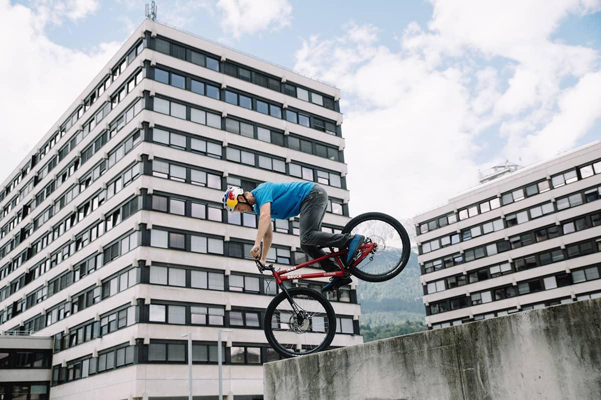 Fünf Tiroler Aktive, die ohne Bewegung in der Natur nicht leben können. Tom Öhler ist Profi im Trialbiken - er springt mit dem Bike über Hindernisse und Abgründe.