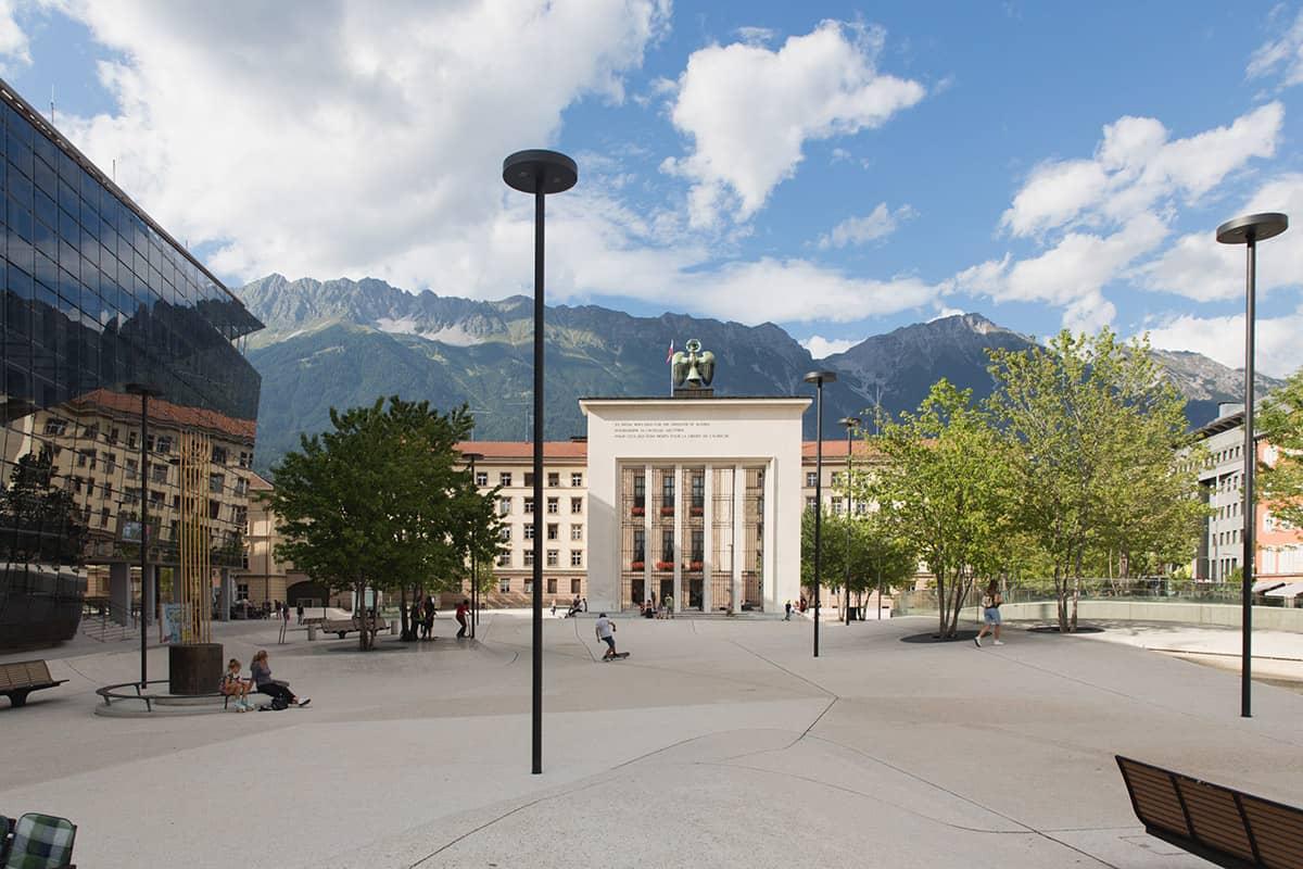 Fünf Tiroler Aktive, die ohne Bewegung in der Natur nicht leben können. In Innsbruck am Landhausplatz kann sich auch ein Trialbiker ganz gut vergnügen und trifft dort auf gleichgesinnte Skater und BMX-Fahrer.