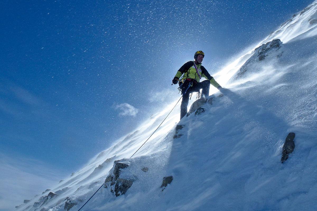 Mit 3618 Meter Höhe nicht besonders hoch, dennoch geht es steil bergab am Mount Assiniboine. Der Berg in Kanada erhebt sich auf der Kontinentalen Wasserscheide an der Grenze zwischen British Columbia und Alberta