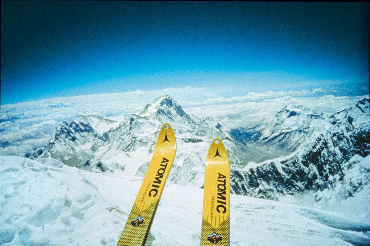 Jetzt geht's los! Die Latten zeigen schon Richtung Tal, wenige Sekunden später wird Kammerlander das machen, was sich noch kein Mensch vor ihm traute: Kammerlander fährt 1996 mit den Skiern vom Mount Everest – dem höchsten Berg der Welt – ab