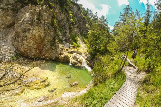 Plantsch! Die Ötschergräben – der Grand Canyon Österreichs. Wanderlust. Diese Schluchtenwanderung wartet mit blaugrünem, glasklarem Wasser und einer farbenprächtigen Pflanzenwelt auf.