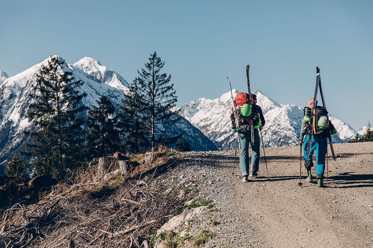 Zunächst geht es auf der Forststraße bergauf. Im Hintergrund leuchten die Lechtaler Alpen. Allgäu / Hermann von Barth-Hütte / Skitour.