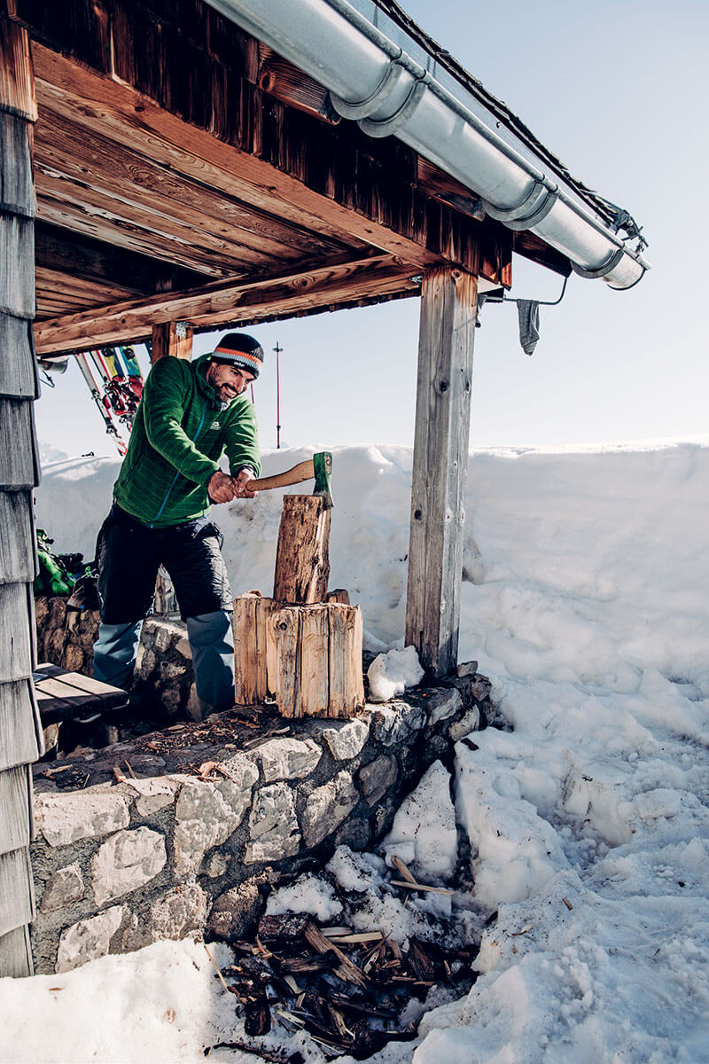 Aki hackt Holz. Denn ohne Holz kein Feuer ...