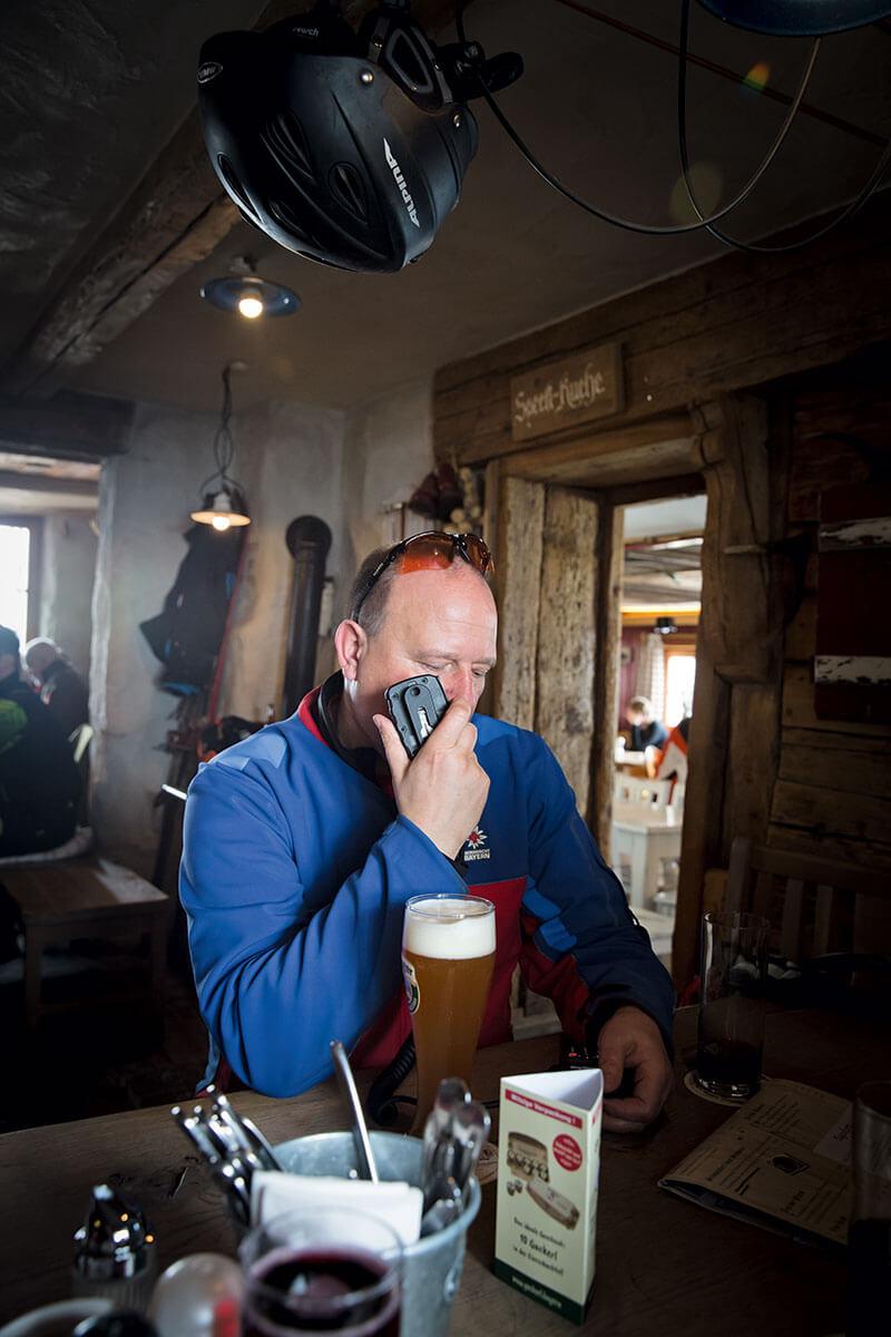 Immer einsatzbereit: Sobald ein Notruf eingeht, lässt Robert Weissacher von der Bergwacht Hausham alles stehen und liegen – auch das Mittagessen