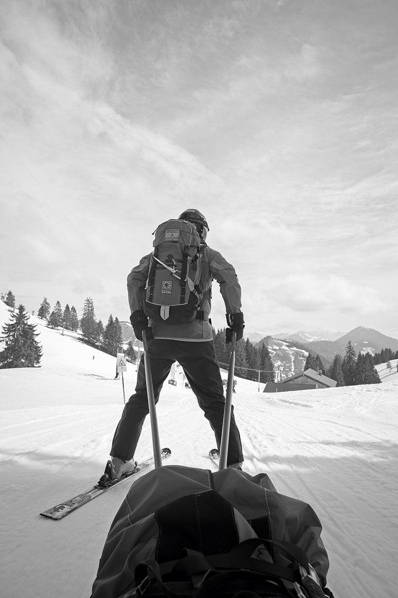 Akia-Fahrt: Auf Skiern und ohne Motor bringen zwei Bergwachtler die Verletzten ins Tal