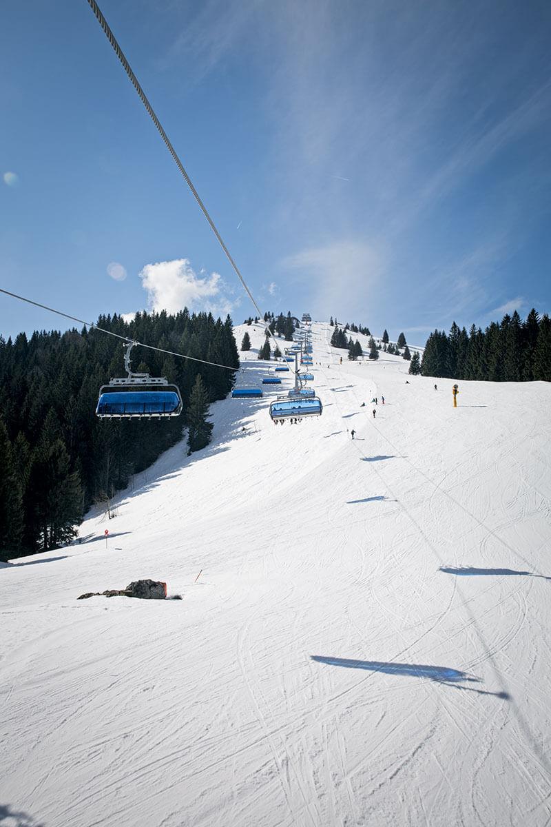 Arbeiten auf der Piste: Bei Sonnenschein fahren die Retter der Bergwacht Hausham selbst Ski – bis ein Notruf eingeht