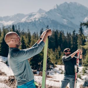Und endlich heißt es: Felle aufziehen. Allgäu / Hermann von Barth-Hütte / Skitour.