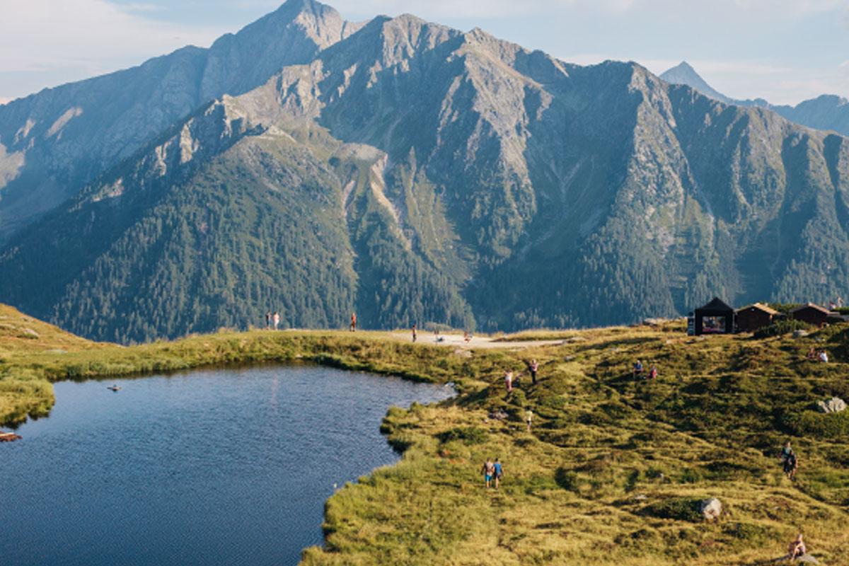 SERPENT: Um den winzigen Fleckner See schlängeln sich Trampelpfade, auf denen die Fans zum Konzert kommen