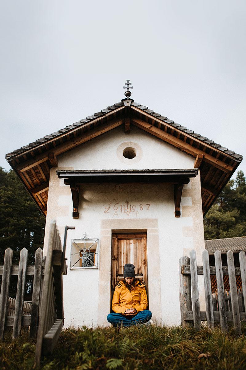Die 32-jährige Südtirolerin vor der Kleinen Kirche in Gummer (Provinz Bozen) beim Hof Obersoler