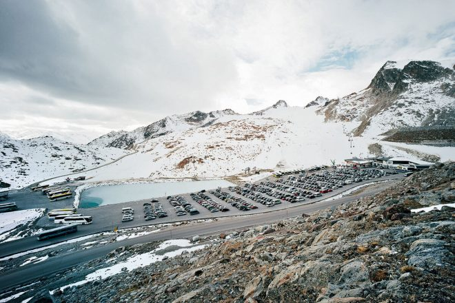 Die Alpen sind eine der am stärksten touristisch erschlossenen Regionen der Welt. Großparkplatz am Tiefenbachferner, 2740 m, oberhalb von Sölden im Ötztal