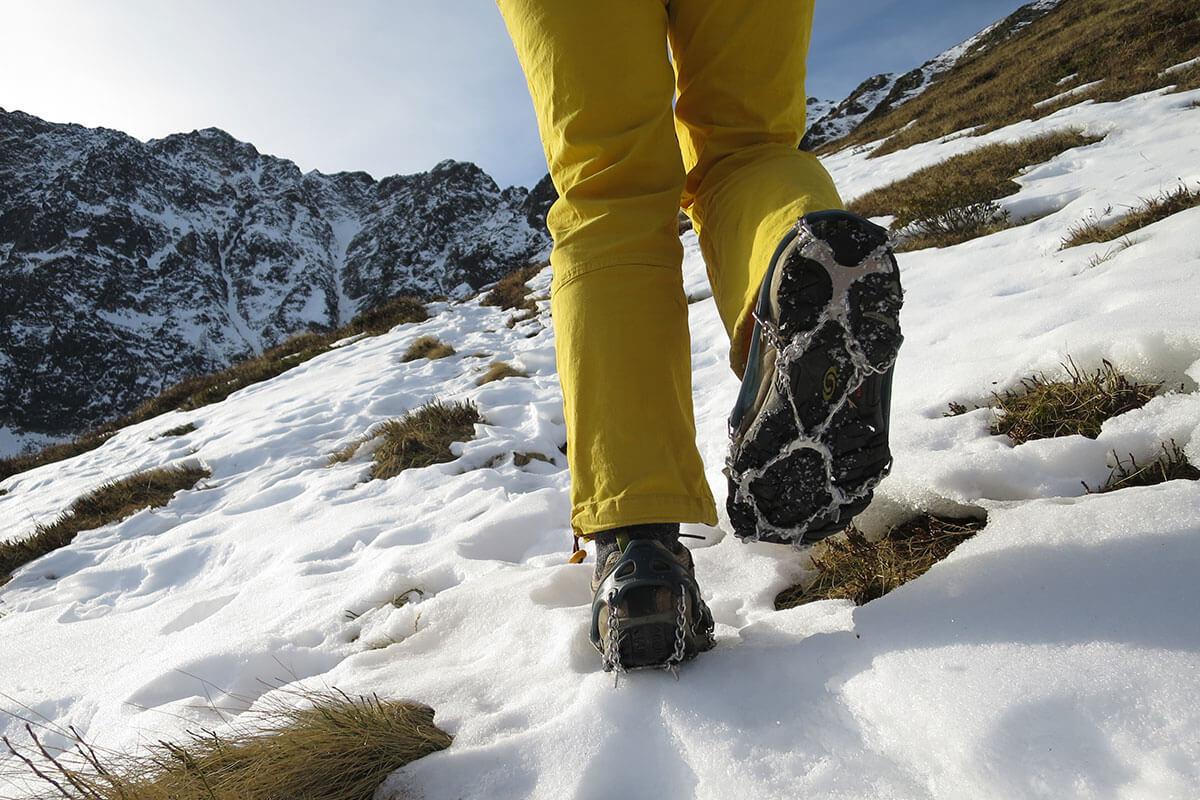 Beim Wandern in höheren Lagen ist auch beim Überqueren von Altschnee-Feldern besondere Vorsicht geboten